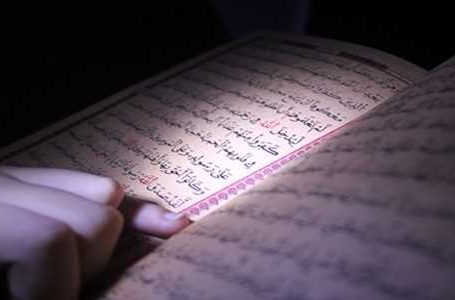 Lejohet të përshëndetet personi që po lexon Kur'an dhe ai duhet të kthejë selamin