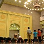 Dikush hynë në xhami dhe është duke u thirrur ezani, çfarë është më mirë të veprojë?