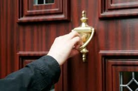 Trokitësi nuk duhet t'i bjerë derës me forcë