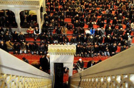 Veprat e ndaluara dhe të lejuara kur imami mban hutbe