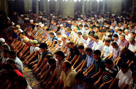 Cilat janë shkaqet që e ndihmojnë muslimanin për faljen e namazit të sabahut?