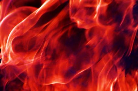 Lënia e zjarrit ndezur në shtëpi, gjatë netëve të ftohta
